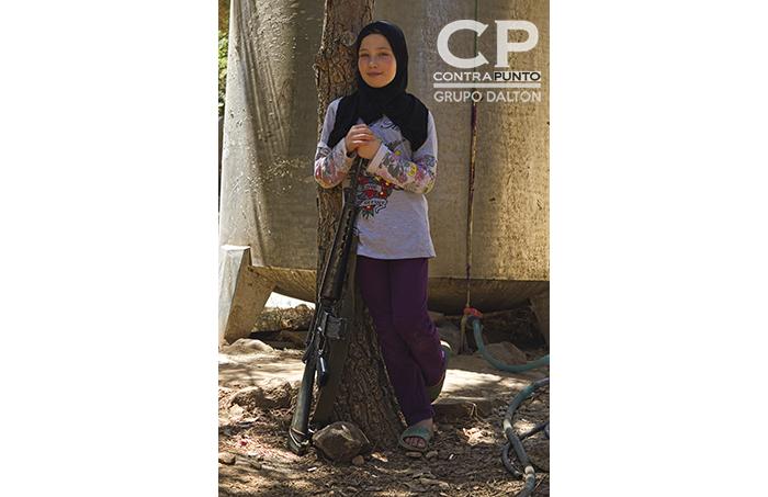 Las armas son tan comunes en Syria, que hasta esta que estaba reposando en un árbol se vuelve un objeto común y corriente para ella.