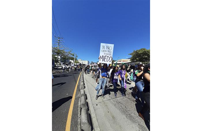 Cientos de salvadoreñas marcharon este 8 de marzo por el derecho a vivir en un país que las haga sentir libres, plenas y sin miedo a ser mujeres.