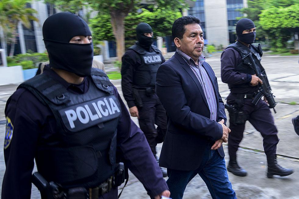 El alcalde de Apopa, Elías Hernández, es trasladado por elementos de la Policía Nacional Civil luego que el El Juzgado Especializado de Instrucción