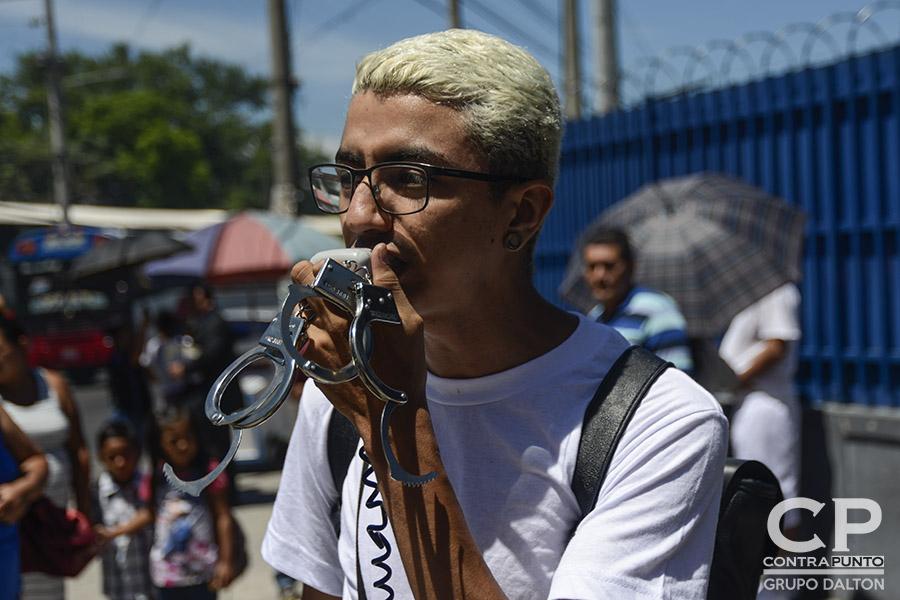 Familiares de Daniel Alemán y jóvenes del colectivo Los Siempre Sospechosos de Todo realizaron una protesta en las afueras del Centro Judicial de San Salvador, para exigir su liberación. Allí se llevó a cabo la audiencia preliminar en su contra por el delito de extorsión, tras ser anulada una acusación de posesión de drogas por fraude procesal