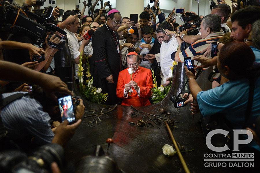 El cardenal Gregorio Rosa Chávez reza frente a la cripta del beatoÓscar Romero.