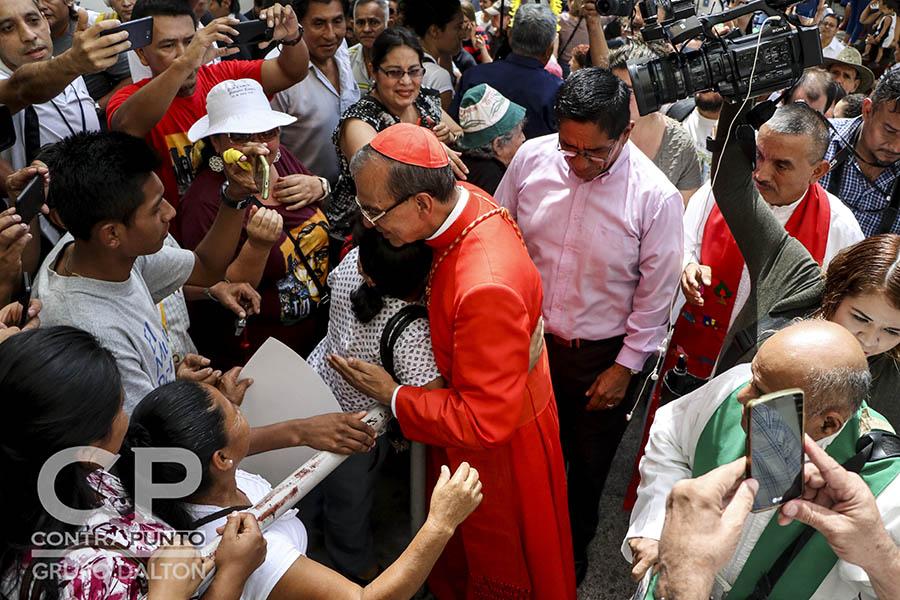 La feligresía católica esperó a la salida de Catedral Metropolitana la caravana que acompañaba al cardenal a desde el aeropuerto Monseñor Romero.