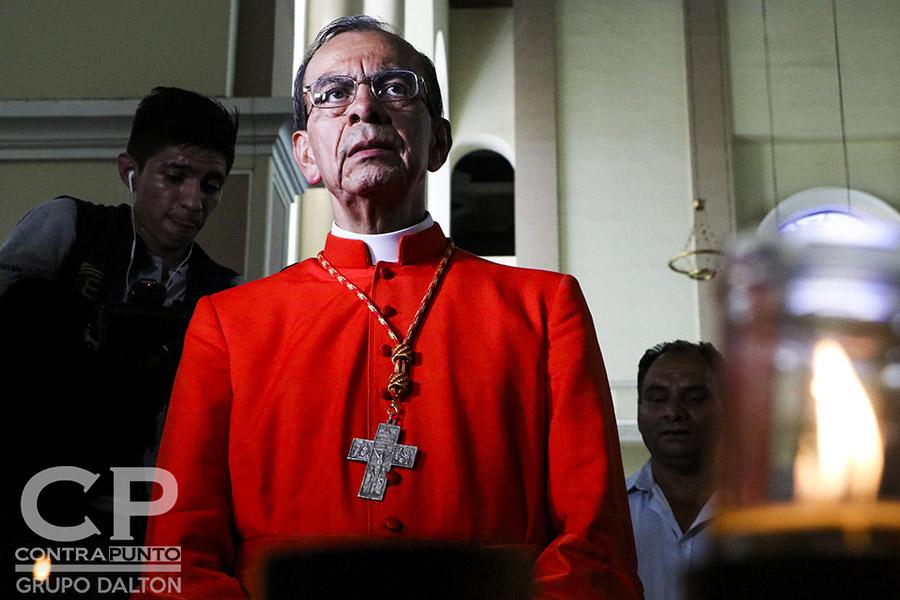 El nuevo cardenal rezó en catedral previo a la visita de la cripta del beato Romero.
