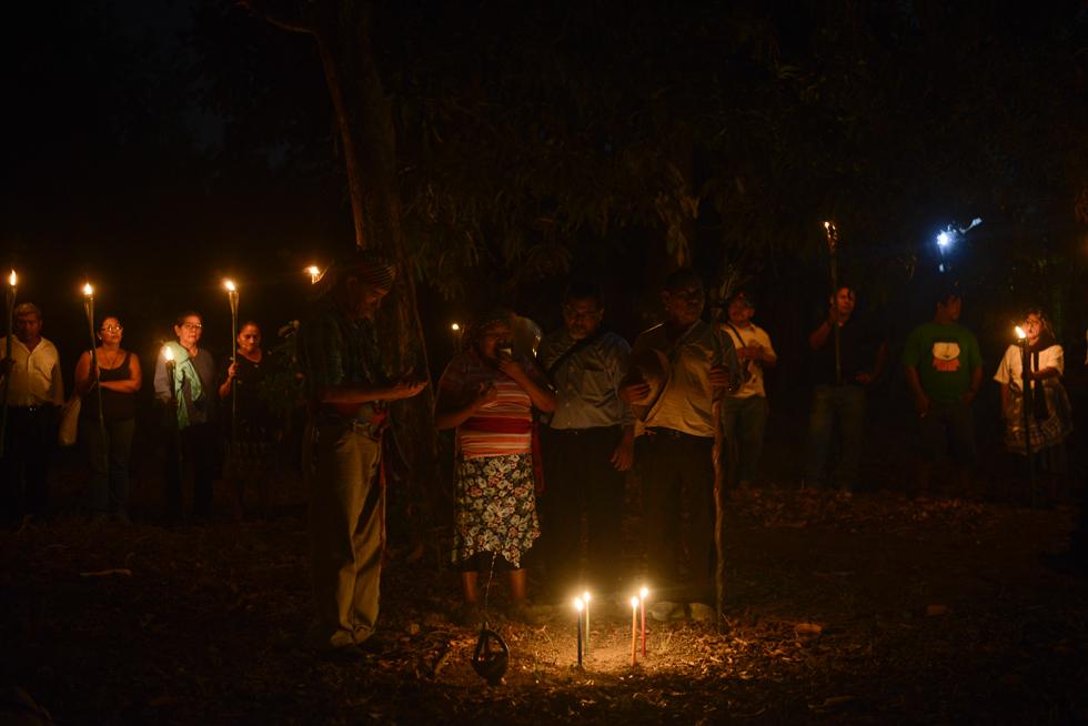 Representantes de la Alcaldía del Común en Izalco realizan un rito para conmemorar la masacre indígena de 1932. Foto: Jessica Orellana