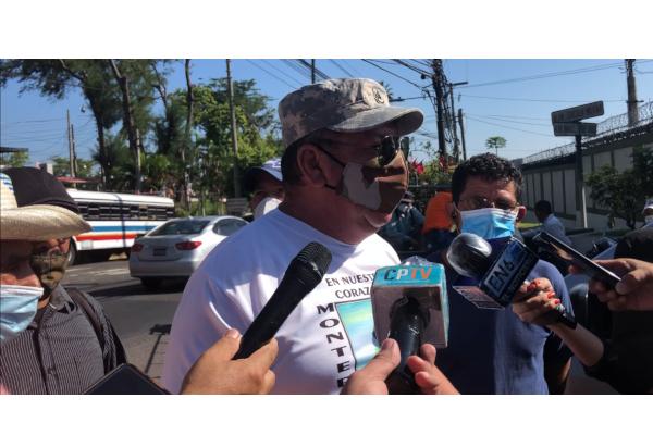 """""""Tanto el FMLN como la Fuerza Armada hemos cometido errores, pero eso quedó perdonado en los acuerdos de paz, quedó en un indulto militar, y eso ya no se puede tocar. Esto tiene un tinte político, el gobierno quiere ganar más adeptos para el 2021, y por eso está haciendo ésta payasada, de querer sustraer los archivos históricos de nuestra gloriosa Fuerza Armada, que participó durante el Conflicto Armado"""", dijo el Sargento José Ricardo González, directivo del Instituto de Veteranos"""