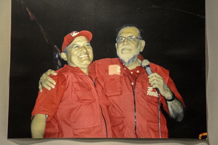 Schafik Hándal fue candidato presidencial en el 2003. En esta imagen que recopila el museo muestra a Hándal junto con el actual presidente de la República, Salvador Sánchez Cerén. Foto: Vladimir Chicas.