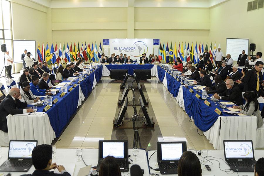 El gobierno de Venezuela solicitó la realización de una cumbre extraordinaria de la Comunidad de Estados Latinoamericanos y Caribeños (CELAC), para para denunciar la violencia impulsada por los sectores radicales de la oposición de ese país suramericano y justificar así una intervención extranjera en su democracia.