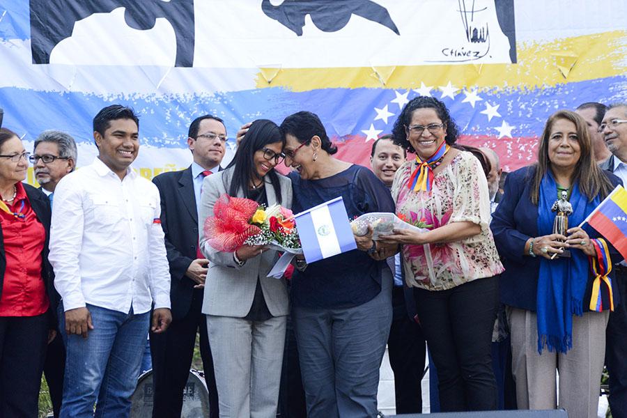 La canciller Delcy Rodríguez recibió obsequios por parte del grupo parlamentario de mujeres del FMLN.