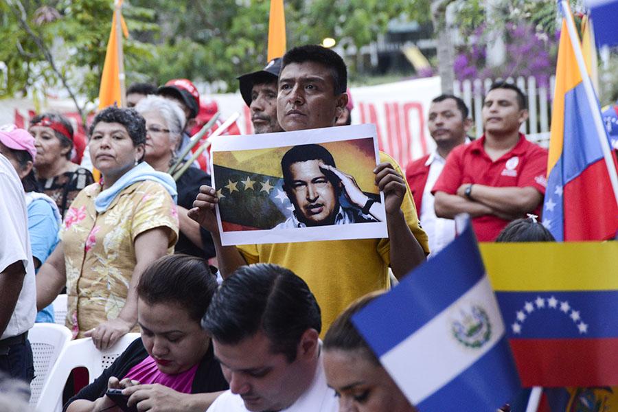 Simpatizantes, miembros y diputados del Frente Farabundo Martí para la Liberación Nacional (FMLN) se concentraron en las  afueras de la sede de Cancillería para mostrar su apoyo a Venezuela.