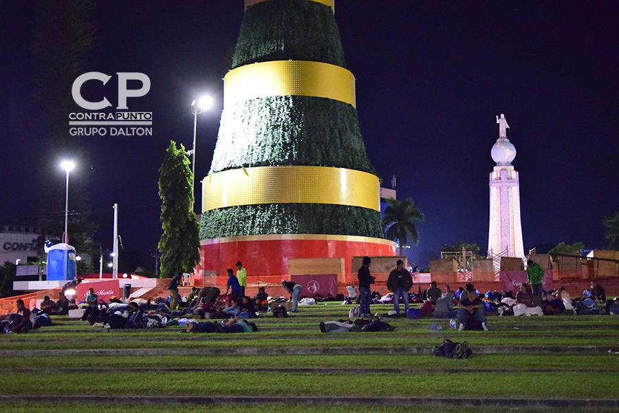 La plaza fue el punto de reunión para cientos de salvadoreños que decidieron salir en caravana hacía EEUU