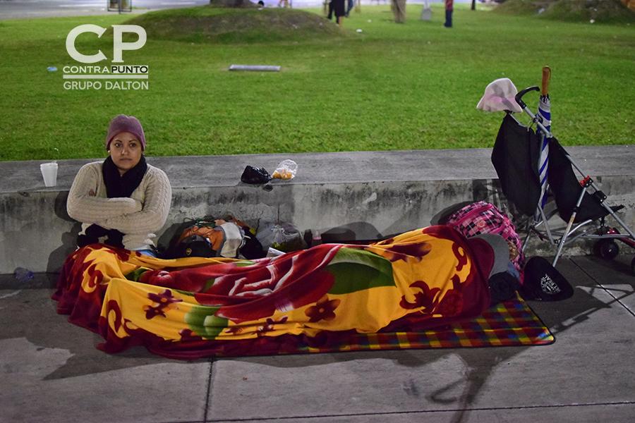 Mujeres acompañadas de sus hijos también se unieron a esta caravana migrante