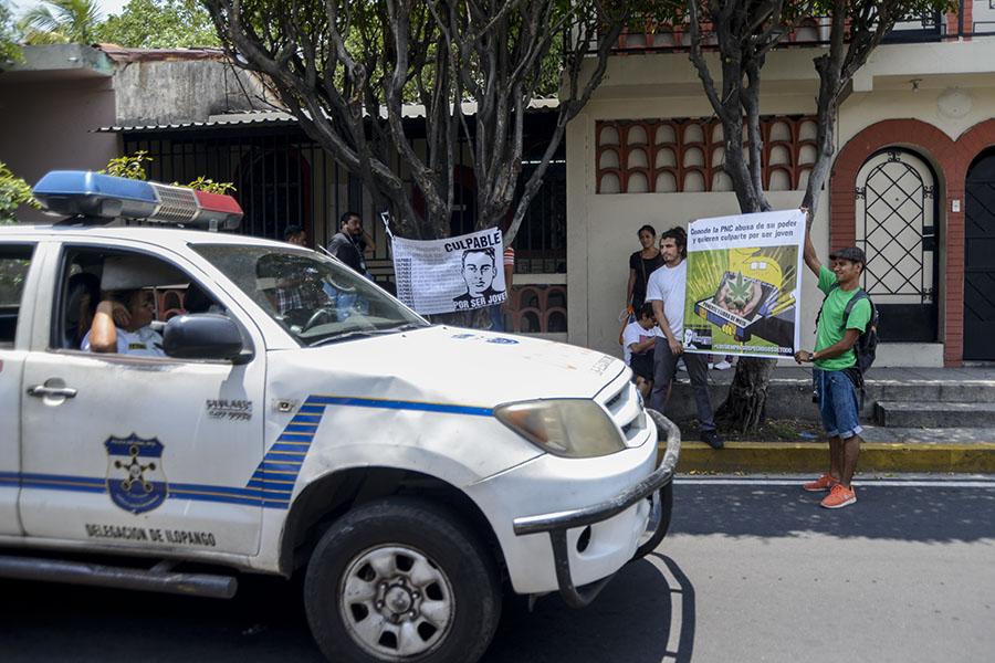El pasado 19 de abril los agentes Reynaldo Ángel Madrid Pacheco y Marvin Alexander Alvaisa fueron detenidos, acusados de cometer fraude procesal al colocar una libra de marihuana a Daniel, de acuerdo al informe de la Unidad de Control de la Policía Nacional Civil (PNC).