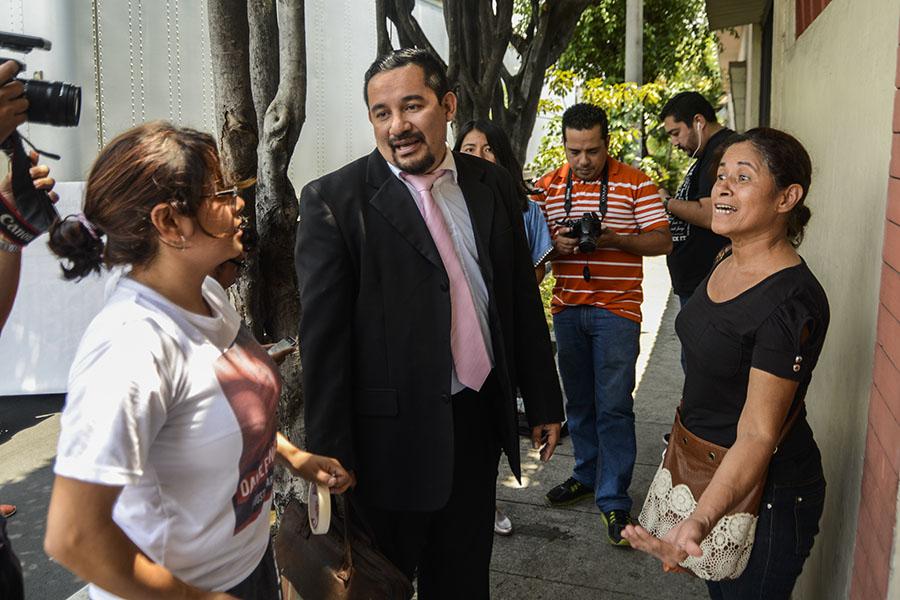 Dennis Muñoz (centro), defensor del joven, dio a conocer la anulación de la acusación a los familiares. El abogado se mostró satisfecho con la resolución del juez al demostrase el fraude procesal realizado por los agentes policiales.