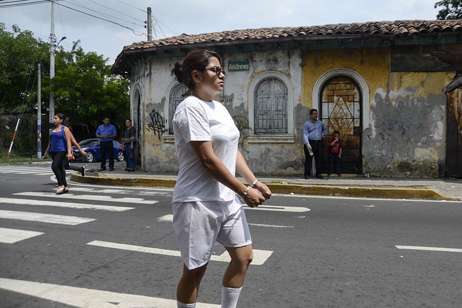 Tras la anulación de la acusación en contra de Daniel, su hermana Tatiana Alemán, quien fue  la que denunció las irregularidades de la detención, realizó un performance, caminando desde el Juzgado de Instrucción de Ilopango hasta el cuartel central de la Policía Nacional Civil, en San Salvador.