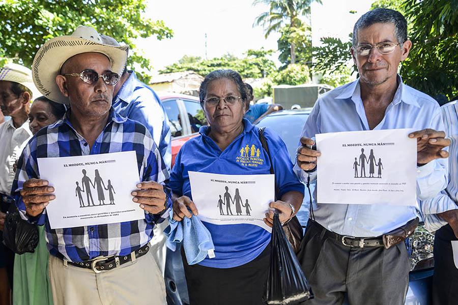 Con la implementación de la Ley General de Amnistía de 1993, que exoneró a los implicados en crímenes a lo largo de los 12 años de guerra en El Salvador (1980-1992), los familiares de las víctimas siguieron reclamando justicia.