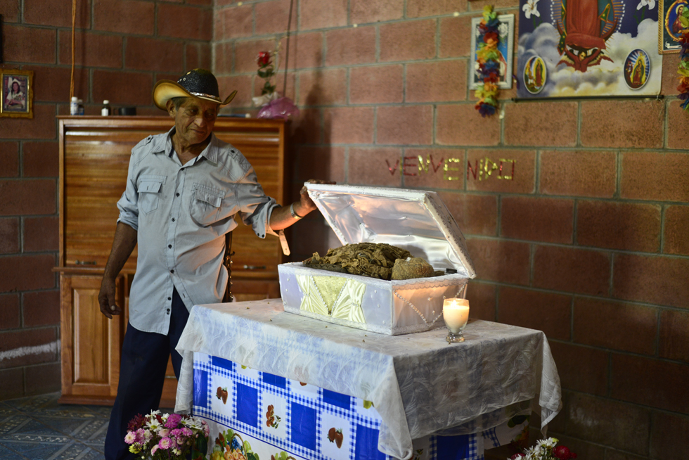 Familiares de Gregorio Sánchez, una de las víctimas de la masacre de El Mozote, ocurrida en 1981, velan sus restos, tras ser reconocidos por pruebas de ADN y posteriormente entregados a sus hijas. Foto: Jessica Orellana