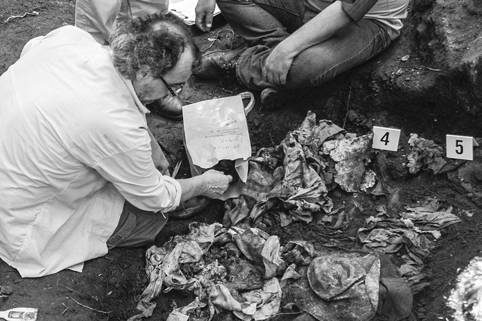 Un miembro del Equipo Argentino de Antropología Forense (EAAF), recolecta evidencia de las víctimas de la masacre de El Mozote. El EEAFF realizó a mediados de noviembre la recuperación de al menos 40 restos de campesinos que fueron asesinados en 1981 por miembros de la Fuerza Armada. Foto: Vladimir Chicas
