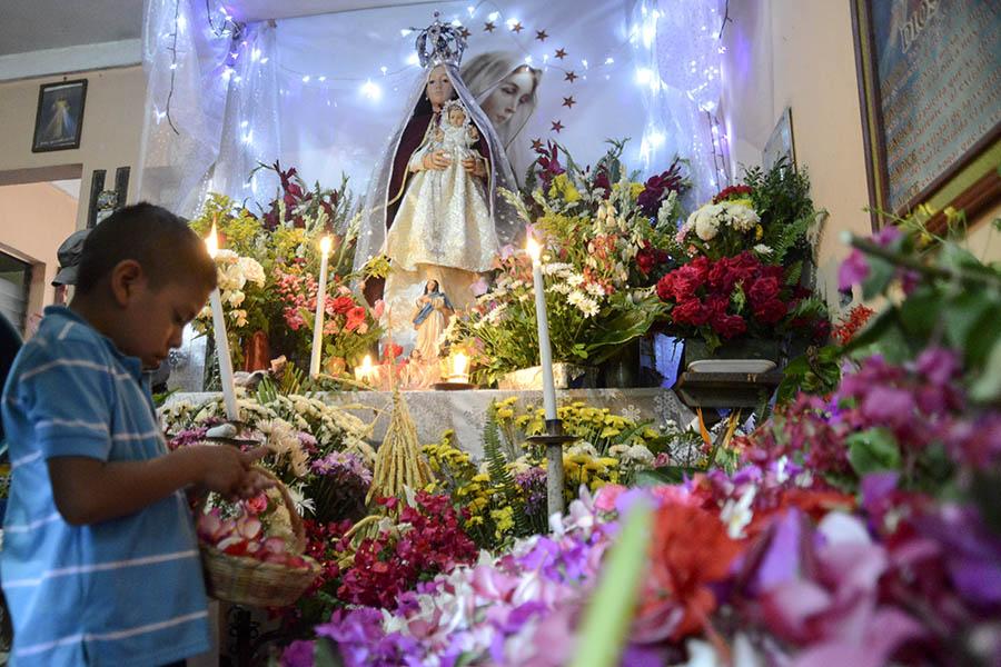 El municipio de Panchimalco, ubicado al sur de San Salvador, celebró la fiesta de las flores y palmas, una mezcla de tradiciones de la religión católica y la precolombina, en la que se da gracias por el inicio de la temporada de lluvias con una procesión llena de color y fe.