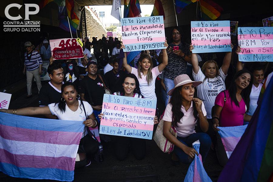 Miembros de la comunidad LGTBI participaron en la conmemoración del Día Internacional de la Mujer con una marcha por la reivindicación de sus derechos.