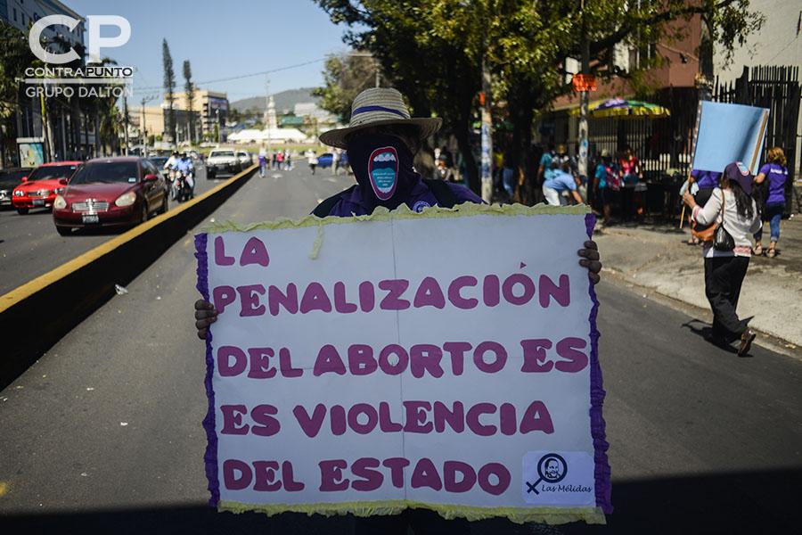 Más de mil mujeres salvadoreñas participaron en la conmemoración del Día Internacional de la Mujer con una marcha por la reivindicación de sus derechos.