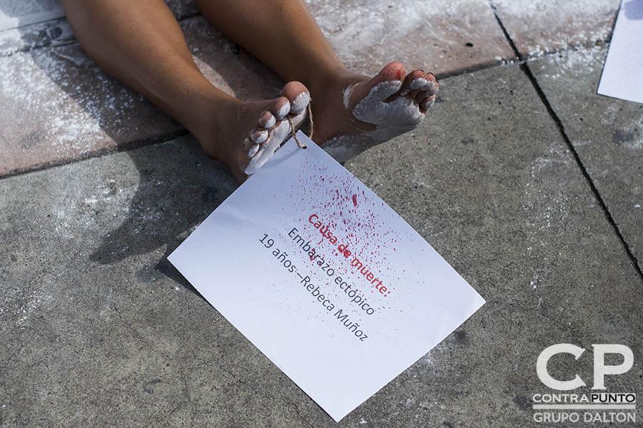 Organizaciones feministas realizaron un performace en la Plaza de la Salud para denunciar la muerte de mujeres que, aseguran, con una interrupción de embarazo sus vidas eran salvadas.