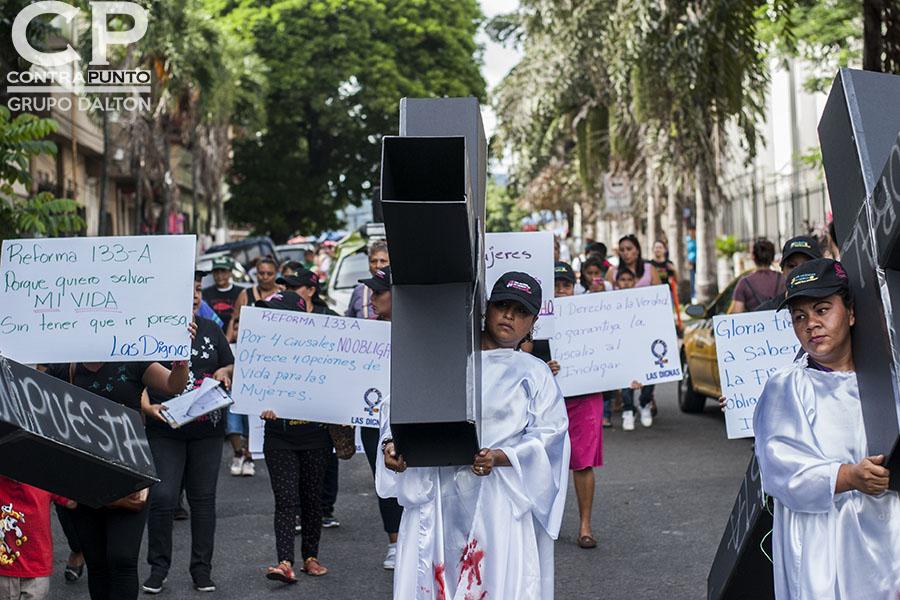 El aborto en El Salvador está prohibido en todas las circunstancias, incluso cuando el embarazo es consecuencia de violación o incesto o cuando la vida de la embarazada corre peligro.