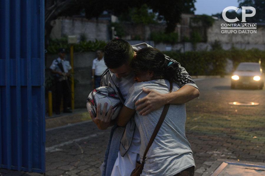 Daniel Alemán abraza a su madre al salir de tribunales, luego de recobrar su libertad tras pasar  un año seis meses  en prisión. Daniel fue absuelto del delito de Extorsión al que  fue imputado mientras era procesado por tráfico de drogas, acusación que fue anulada debido a que dos policías le implantaron una libra de marihuana.