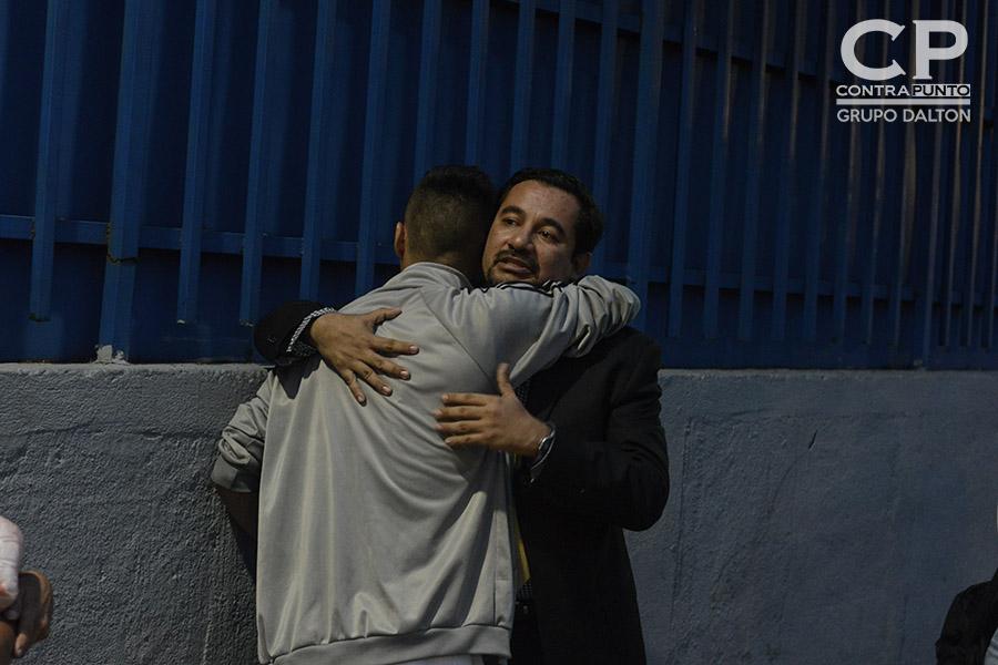 Daniel Alemán abraza a su abogado defensor Dennis Muñoz al recobrar su libertad luego de un año seis meses de estar en prisión. Daniel fue absuelto del delito de Extorsión al que  fue imputado mientras era procesado por tráfico de drogas, acusación que fue anulada debido a que dos policías le implantaron una libra de marihuana.