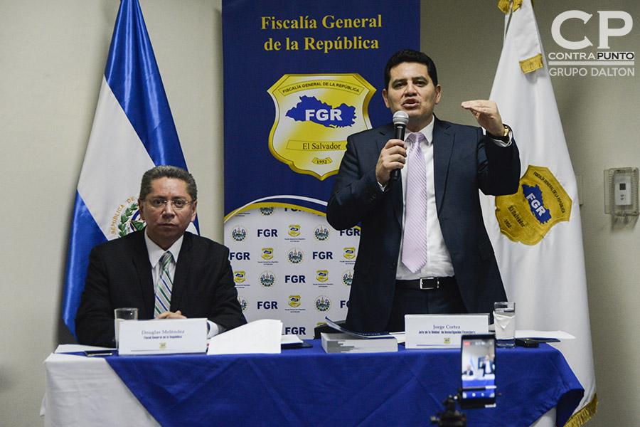 El fiscal General, Douglas Meléndez (I) y el jefe de la Unidad de  Investigación Financiera, Jorge Cortez durante la conferencia de prensa en la que la Fiscalía acusó al expresidente de Mauricio Funes de diseñar una red de extracción de fondos públicos, desviando $351 millones de dólares.