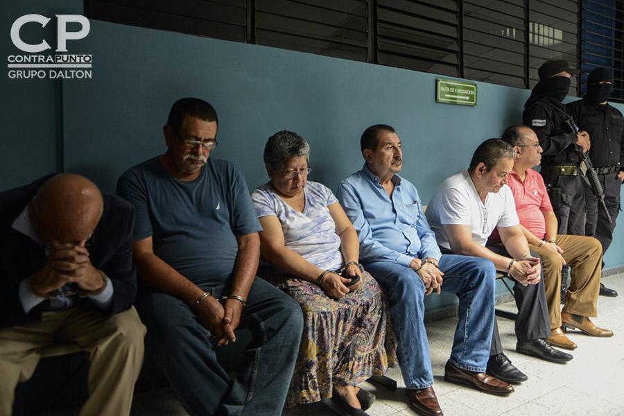 Un total de 31 personas ha acusado la Fiscalía General de la República que junto con el expresidente de Mauricio Funes de diseñar una red de extracción de fondos públicos, desviando $351 millones de dólares. Seis de los imputados fueron presentados en el juzgado Quinto de Paz de San Salvador.