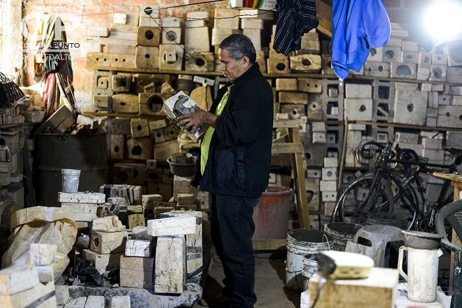 Julio César Barahona trabaja en su taller ubicado en el cantón Hoyos en Ilobasco. Julio trabaja junto con su esposa en la elaboración de figuras de barro.
