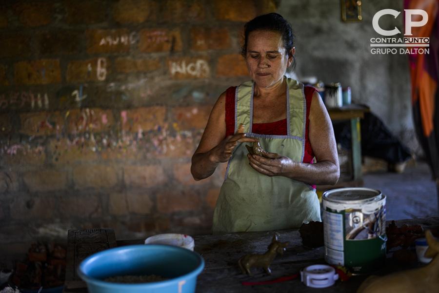 María Carmela Munguía realiza artesanías de barro en su casa, en Ilobasco, Cabañas, ciudad en la que  para las festividades de navidad y fin de año son producidas las figuras con las que se decora el tradicional nacimiento o misterio.