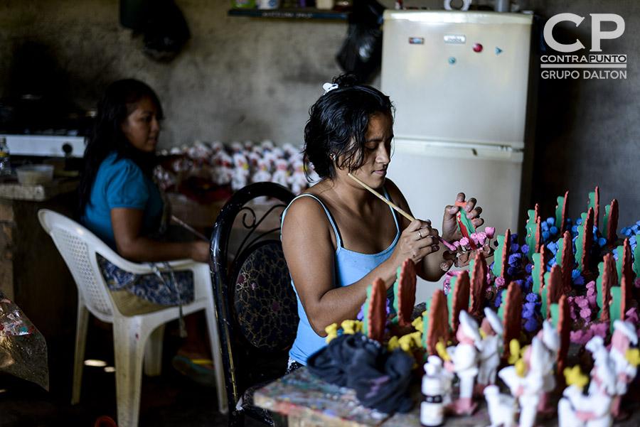 El arte de la elaboración de muñecos de barro y cerámica se consolida en Ilobasco, Cabañas, ciudad en la que  para las festividades de navidad y fin de año son producidas las figuras con las que se decora el tradicional nacimiento o misterio.