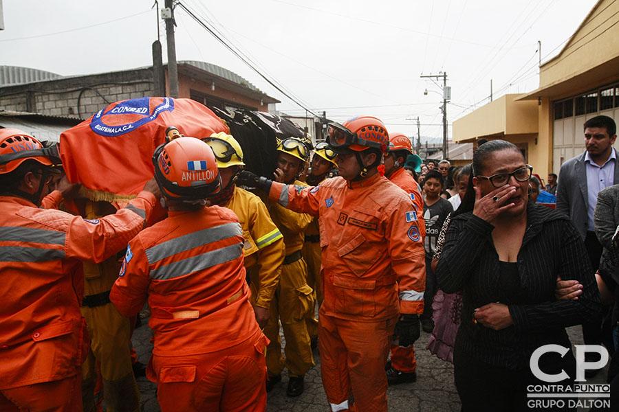 Juan Fernando Galindo, delegado departamental de Coordinadora Nacional para la Reducción de Desastres (CONRED), murió al ser alcanzado por una explosión del Volcán de Fuego mientras evacuaba a personas en riesgo. Los héroes que luchan por rescatar los cuerpos y desaparecidos de la erupción del Volcán de Fuego en Guatemala están concentrados en el puesto de Bomberos número 55 de el municipio de Alotenango, departamento de Zacatepeque.