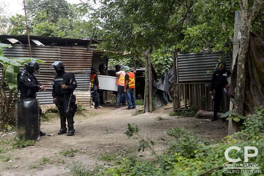 Habitantes de la Comunidad El Espino fueron desalojados por el juez de Paz de Antiguo Cuscatlán. Ahora, estas familias que habitaron parte de la finca El Espino quedan sin un hogar.