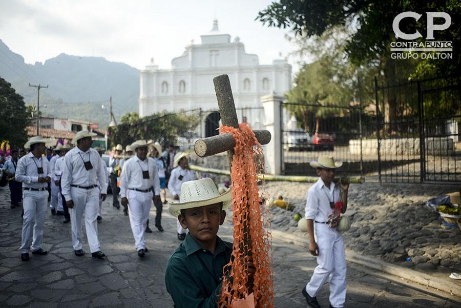 Cada 3 de mayo los habitantes de Panchimalco, al sur de San Salvador,  rinden  tributo a la Santa Cruz, para agradecer por las cosechas cuya siembra se aproxima junto con la estación lluviosa. En una mezcla de fervor religioso con las tradiciones  de los pueblos originarios.