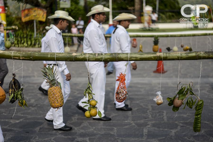 Jóvenes cargan palancas con fruta para  agradecer las cosechas. Cada 3 de mayo los habitantes de Panchimalco, al sur de San Salvador,  rinden  tributo a la Santa Cruz, para agradecer por las cosechas cuya siembra se aproxima junto con la estación lluviosa. En una mezcla de fervor religioso con las tradiciones  de los pueblos originarios.