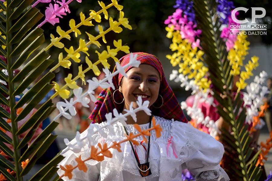 Jóvenes portan palmas con flores en agradecimiento a la naturaleza. Cada 3 de mayo los habitantes de Panchimalco, al sur de San Salvador,  rinden  tributo a la Santa Cruz, para agradecer por las cosechas cuya siembra se aproxima junto con la estación lluviosa. En una mezcla de fervor religioso con las tradiciones  de los pueblos originarios.