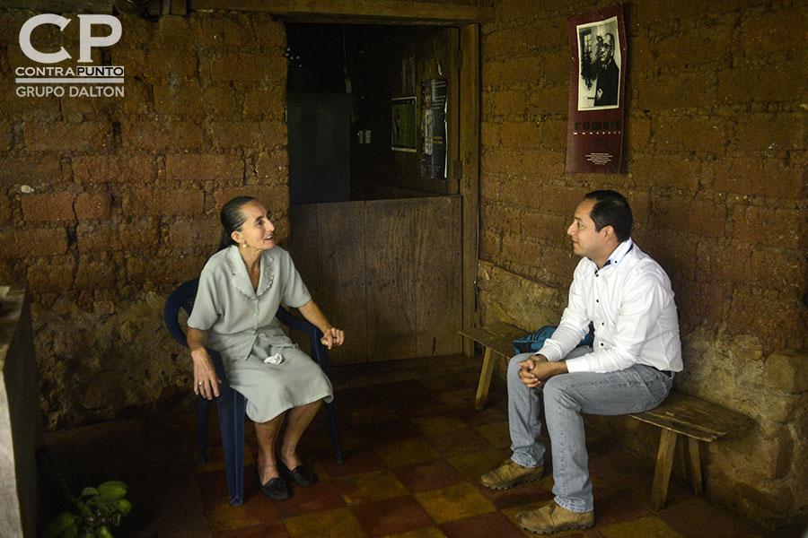 A Dorila Márquez los militares le asesinaron a su papá, mamá, dos hermanas y cuatro sobrinos en la conocida Masacre de El Mozote y lugares aledaños, perpetrada entre el 10 al 13 de diciembre de 1981. Dorila, presidenta de la Asociación Promotora de los Derechos Humanos de El Mozote, contó nuevamente su historia, pero esta vez desde su hogar, para el juez Primero de Paz de Meanguera, que realizó la diligencia ecomo parte del juicio en contra de 18 militares acusados de dirigir la matanza.