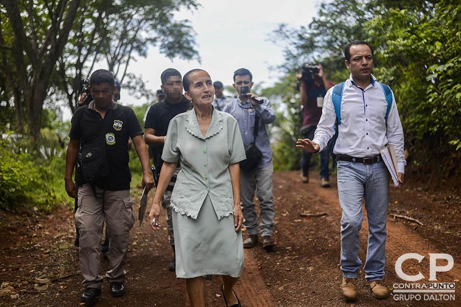 A Dorila Márquez los militares le asesinaron a su papá, mamá, dos hermanas y cuatro sobrinos en la conocida Masacre de El Mozote y lugares aledaños, perpetrada entre el 10 al 13 de diciembre de 1981. Dorila, presidenta de la Asociación Promotora de los Derechos Humanos de El Mozote, contó nuevamente su historia, pero esta vez para el juez Primero de Paz de Meanguera, que realizó la diligencia como parte del juicio en contra de 18 militares acusados de dirigir la matanza.