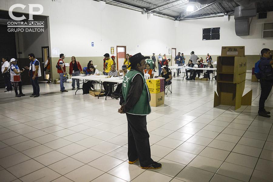 La ausencia de votantes se reflejó a primeras horas del día en el pabellón 1 del Centro de Ferias y Convenciones (CIFCO). Salvadoreños eligen a diputados y alcaldes para el periodo 2018-2021, en una jornada que inició a las 7:00 de la mañana.