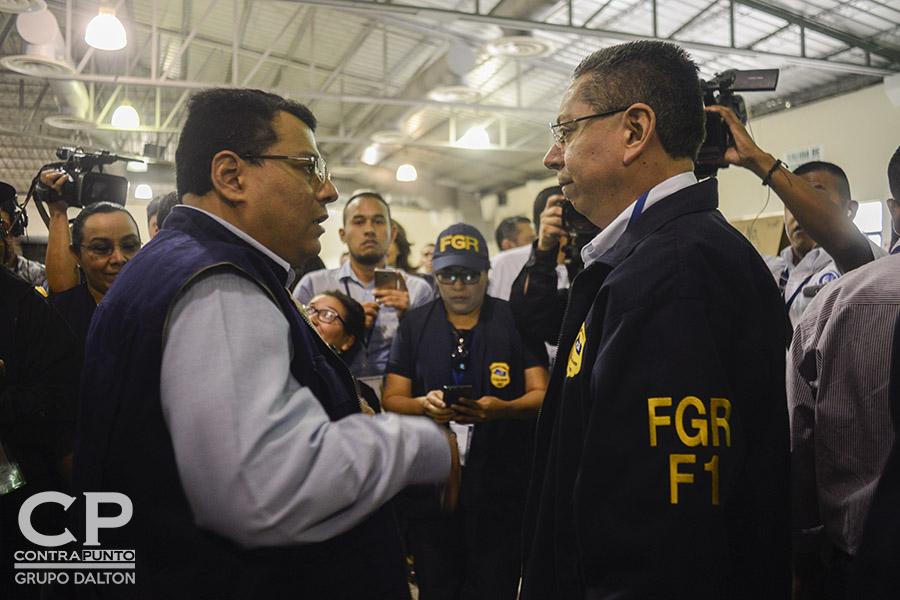 El presidente del Tribunal Supremo Electoral (TSE), Julio Olivo, saluda al fiscal General, Douglas Meléndez, en el pabellón 1 del Centro Internacional de Ferias y Convenciones (CIFCO), el desarrollo de las elecciones municipales y legislativas.