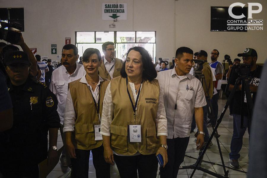 Jean Manes, embajadora de los Estados Unidos en El Salvador realiza un recorrido en  pabellón 1 del Centro Internacional de Ferias y Convenciones (CIFCO)