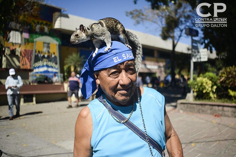 El profesor de música David Urías asistió a votar con su mascota