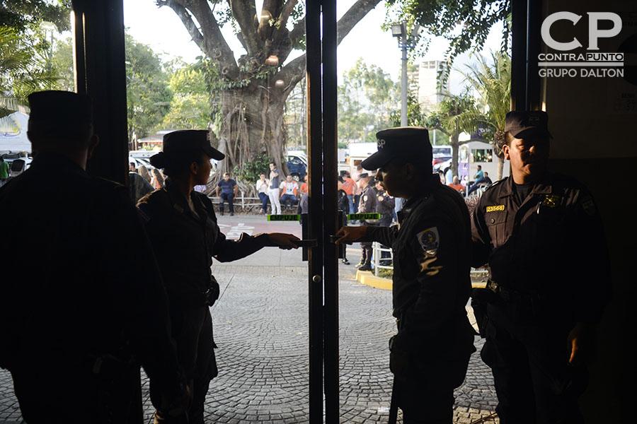 Los centros de votación fueron cerrados a las 5:00 en punto. Fueron custodiados por elementos de la Policía Nacional Civil.