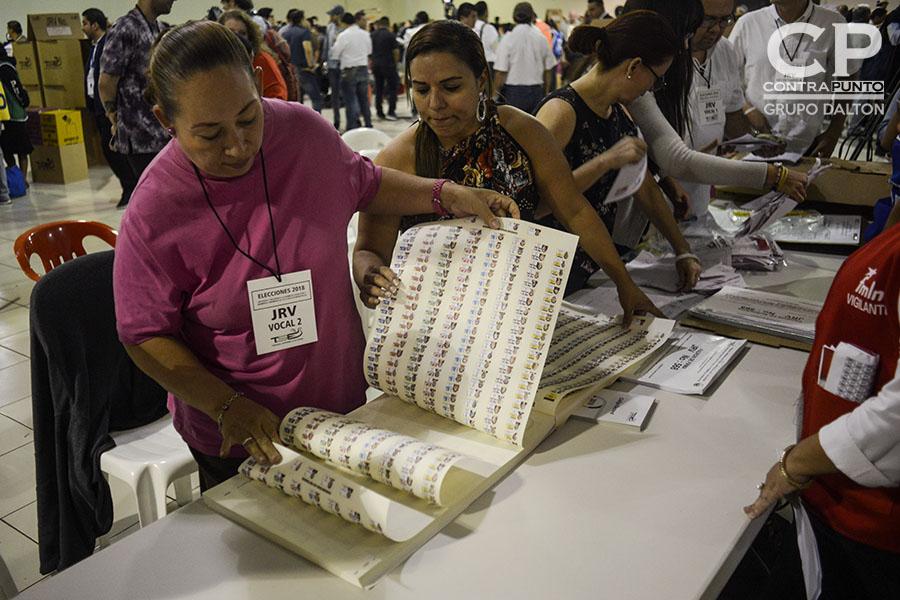Integrantes de la Junta Receptora de Votos (JRV) realizan el conteo de las actas sin utilizar, al cierre de la jornada electoral.