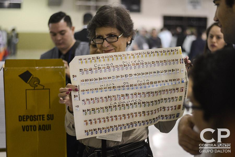 Conteo de votos en el pabellón 1 del Centro Internacional de Ferias y Convenciones (CIFCO), en San Salvador.