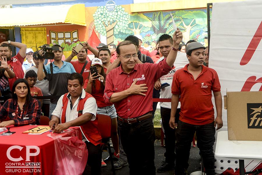 Gerson Martínez, uno de los aspirantes a candidato presidencial del FMLN emite su voto. Hugo Martínez se convirtió en el candidato presidencial del FMLN de cara a las elecciones de 2019. El excanciller lleva en sus espaldas el peso de obtener un tercer periodo de gobierno de izquierda en el país.