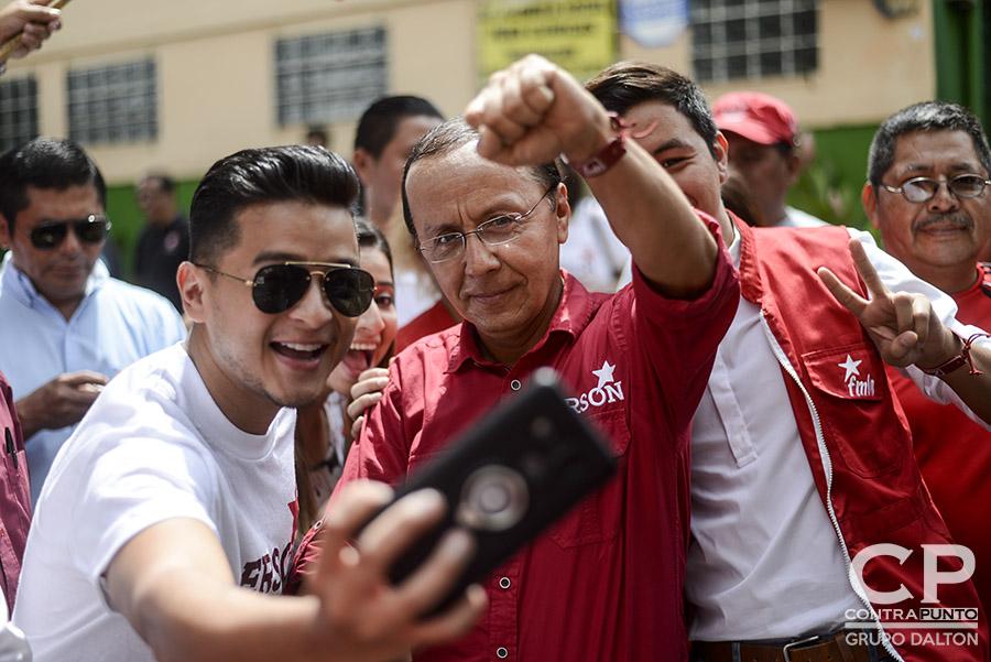 Gerson Martínez, uno de los aspirantes a candidato presidencial posa junto con simpatizantes en la sede central del FMLN en San Salvador. Hugo Martínez se convirtió en el candidato presidencial del FMLN de cara a las elecciones de 2019. El excanciller lleva en sus espaldas el peso de obtener un tercer periodo de gobierno de izquierda en el país.