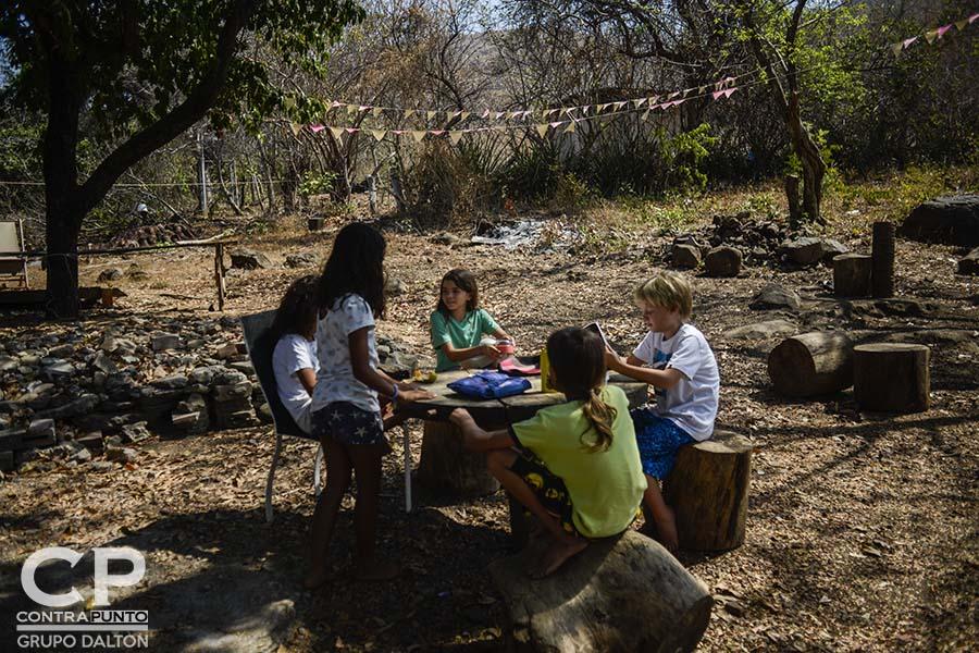 Paola Miranda y Michael Dooley fundaron hace tres años en la playa El Zonte la Escuela Libre El Zonte, un espacio de educación alternativa a la que se han sumado más padres y madres de familia que dejan atrás el modelo tradicional para educar a sus hijos.